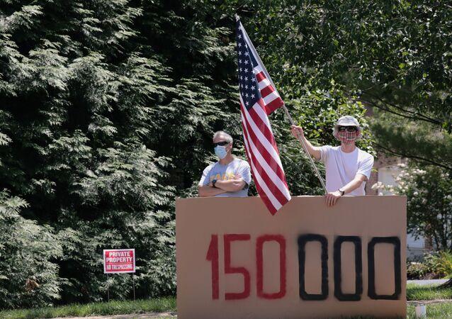 Manifestantes protestam contra a resposta do governo dos EUA à epidemia de COVID-19, em frente ao clube de golfe de Donald Trump, em Sterling, no estado norte-americano da Virginia, 2 de agosto de 2020