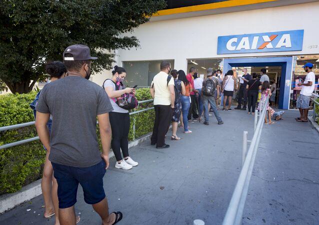 Em São Paulo, cidadãos formam filas para atendimento nas agências da Caixa Econômica Federal durante a pandemia da COVID-19, em 28 de julho de 2020.