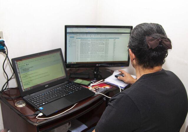 Trabalhadora atua remotamente durante a pandemia de COVID-19 no Brasil