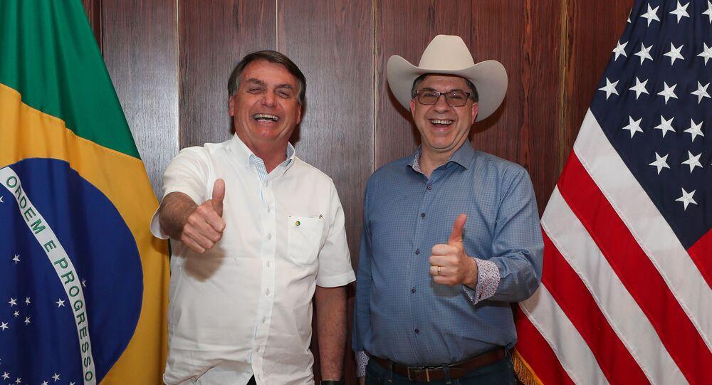Presidente brasileiro Jair Bolsonaro ao lado do embaixador estadunidense Todd Chapman