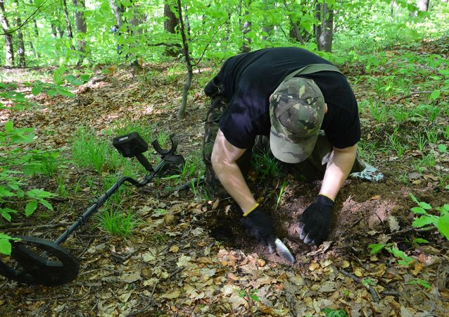 Arqueólogo durante escavações na floresta de Sanok
