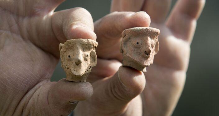 Ícones de argila encontrados em escavações arqueológicas em Tel Moza, perto de Jerusalém