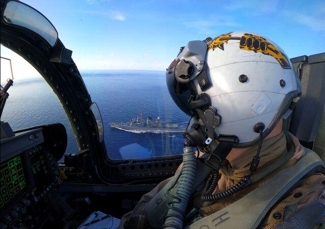 Comandante da Marinha dos EUA Joseph Hubley conduz exercício de passagem em um avião F/A-18E Super Hornet com navios da Força Marítima de Autodefesa do Japão no mar do Sul da China, 7 de julho de 2020