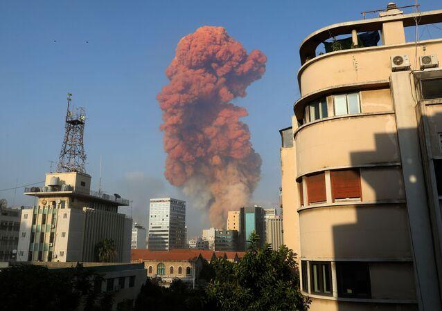 Foto mostra fumaça em Beirute, capital do Líbano, após uma forte explosão ter sido registrada próximo ao porto da cidade.
