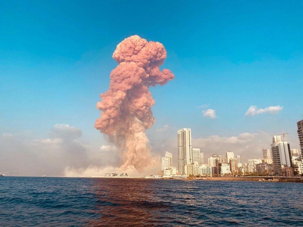 Nuvem de fumaça é vista nos céus de Beirute após a sequência de explosões na região portuária
