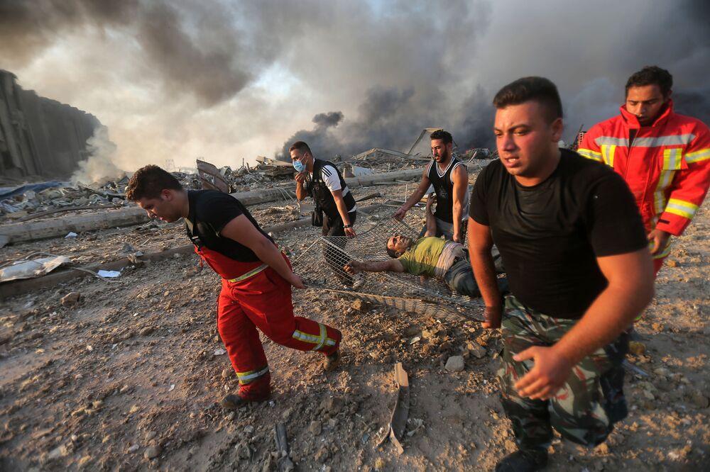 Bombeiros resgataram um homem ferido da cena de uma explosão no porto de Beirute
