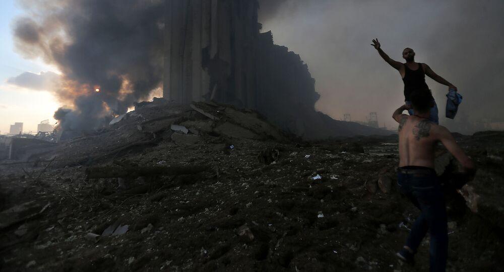 Pessoas em desespero aparecem nos momentos posteriores à explosão na região portuária de Beirute