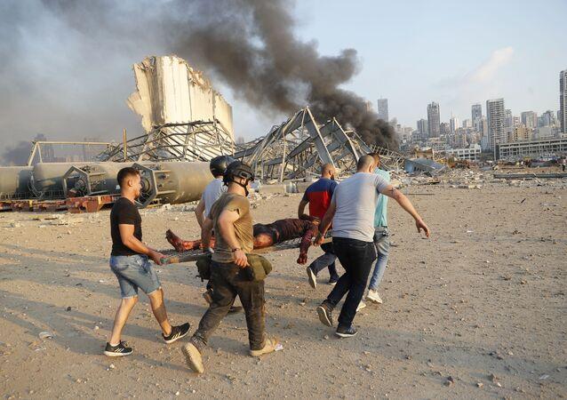 Civis carregam vítima de explosão ocorrido na zona portuária de Beirute, no Líbano
