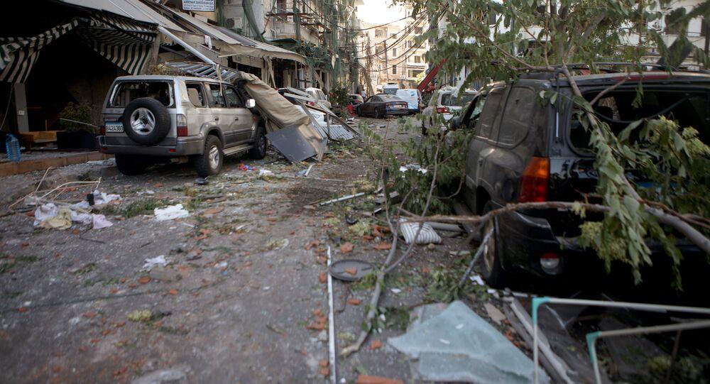 Rua do bairro Mar Mikhael, na capital libanesa, Beirute, após fortes explosões atingirem a zona portuária da cidade