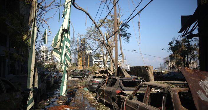 Carros com enormes estragos provocados pelas explosões no porto de Beirute, Líbano