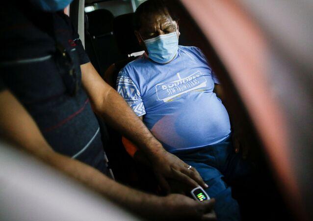 O líder indígena Aritana Yawalapit dá entrada em hospital em Goiânia após sintomas da COVID-19 se agravarem.