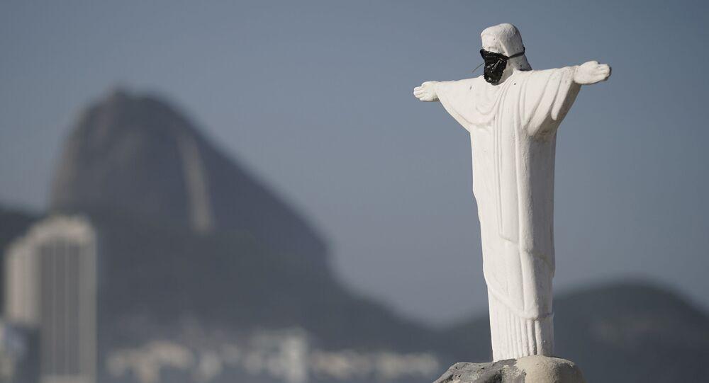 Escultura de areia retrata o Cristo Redentor na praia de Copacabana, no Rio de Janeiro