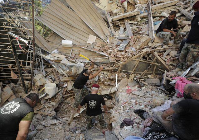 Soldados libaneses buscam sobreviventes entre os escombros em Beirute