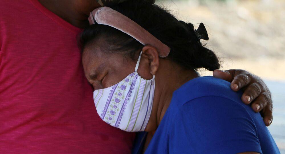 Familiar chora durante o enterro de vítima confirmada da COVID-19 em Manaus (AM)