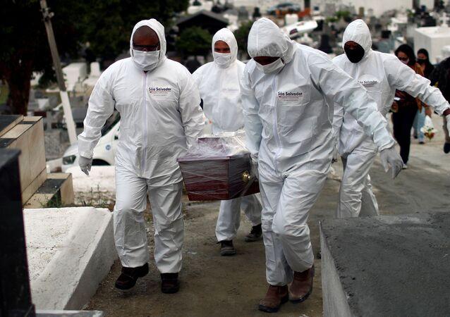 Enterro de Edson Amorim, 62 anos, morto por COVID-19. Foto de julho de 2020 em Nova Iguaçu, no Estado do Rio de Janeiro.