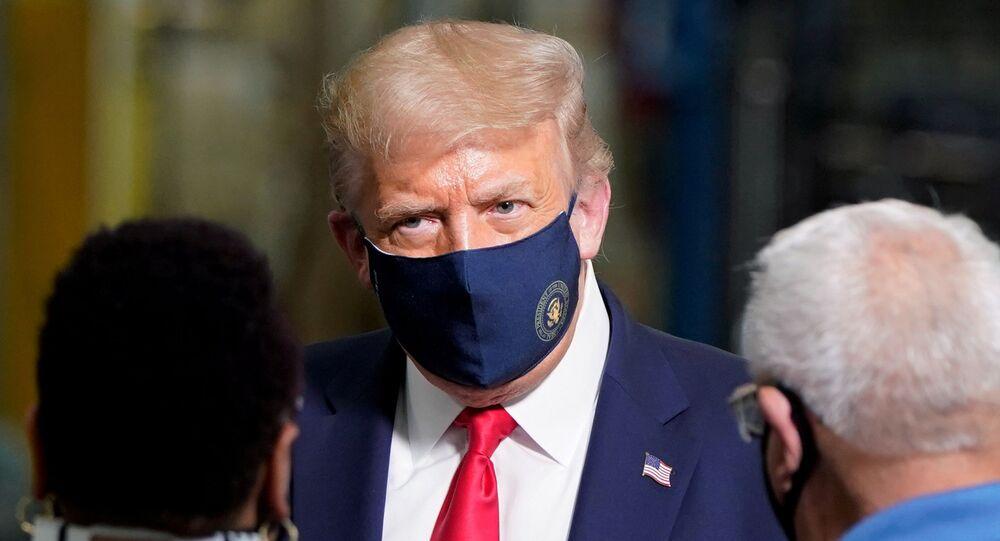 Presidente dos EUA, Donald Trump usa máscara protetora durante visita a uma fábrica em Clyde, no estado norte-americano de Ohio, 6 de agosto de 2020