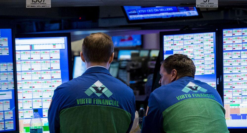 Comerciantes especializados trabalham em um estande da empresa de serviços financeiros Virtu Financial no andar da Bolsa de Valores de Nova York, 16 de abril de 2015