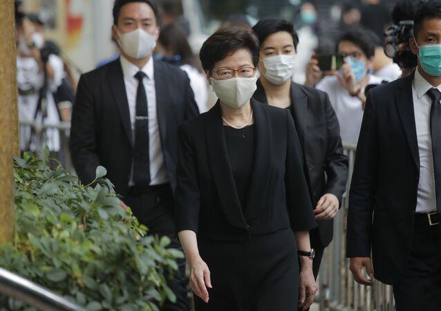 Carrie Lam, chefe do Executivo da região administrativa de Hong Kong, utilizando máscara para se proteger do coronavírus