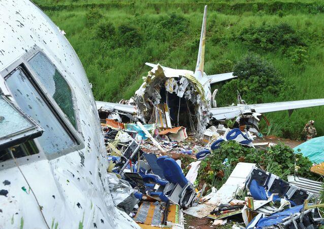 Local onde avião de passageiros da Air India Express se acidentou ao sair da pista do Aeroporto Internacional de Calicute, em Karipur, no estado de Kerala, no sul da Índia, em 8 de agosto de 2020