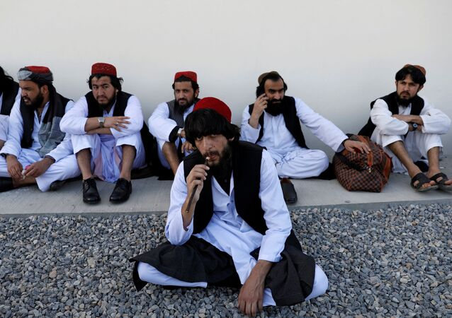 Prisioneiros do Talibã recém-libertados sentam-se na prisão de Pul-e-Charkhi, em Cabul, Afeganistão (foto de arquivo)