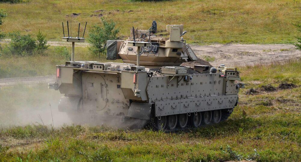Veículo de combate Bradley modificado e Veículo de Combate Robótico (RCV) (foto de arquivo)