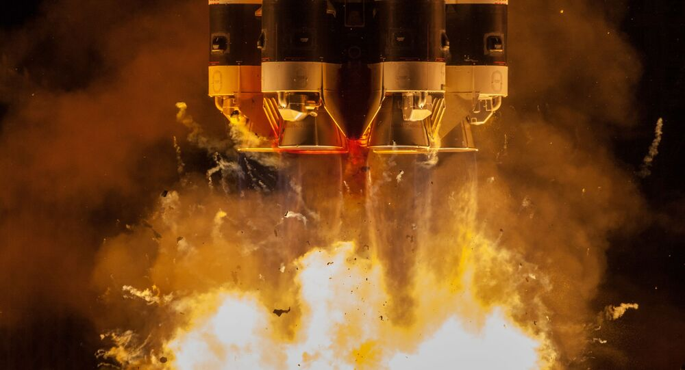 Lançamento do foguete transportador Proton-M, com seu bloco acelerador Briz-M, levando os satélites de telecomunicações Ekspress-80 e Ekspress-103