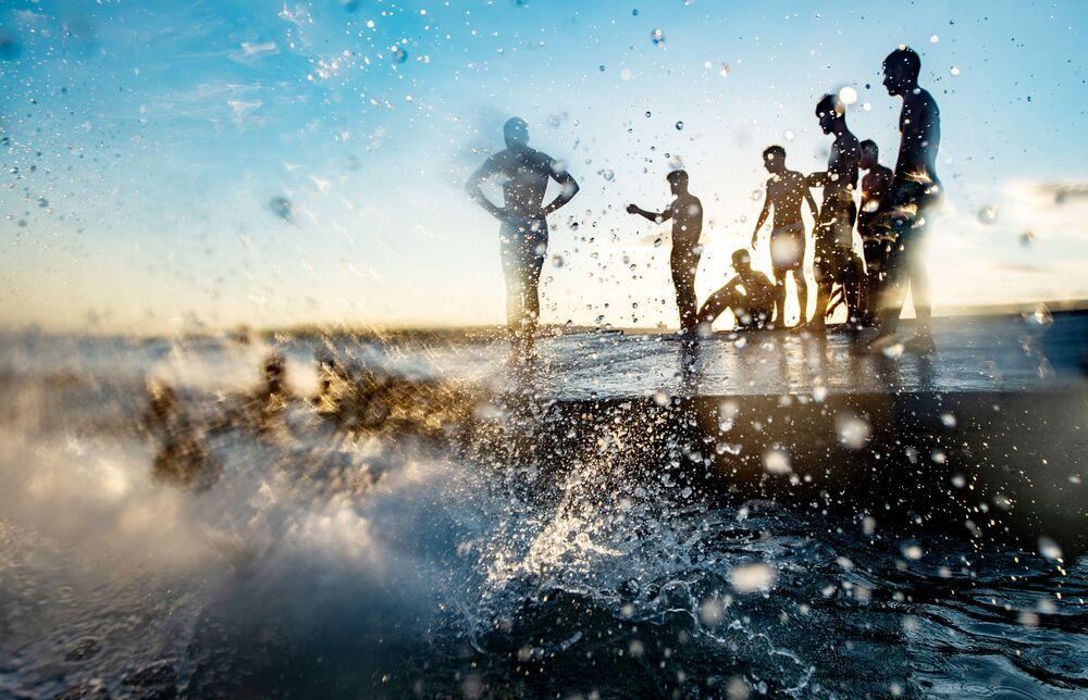 Banhistas na praia Menekse durante o último dia das celebrações islâmicas do Eid-al-Adha durante a pandemia do coronavírus na Turquia