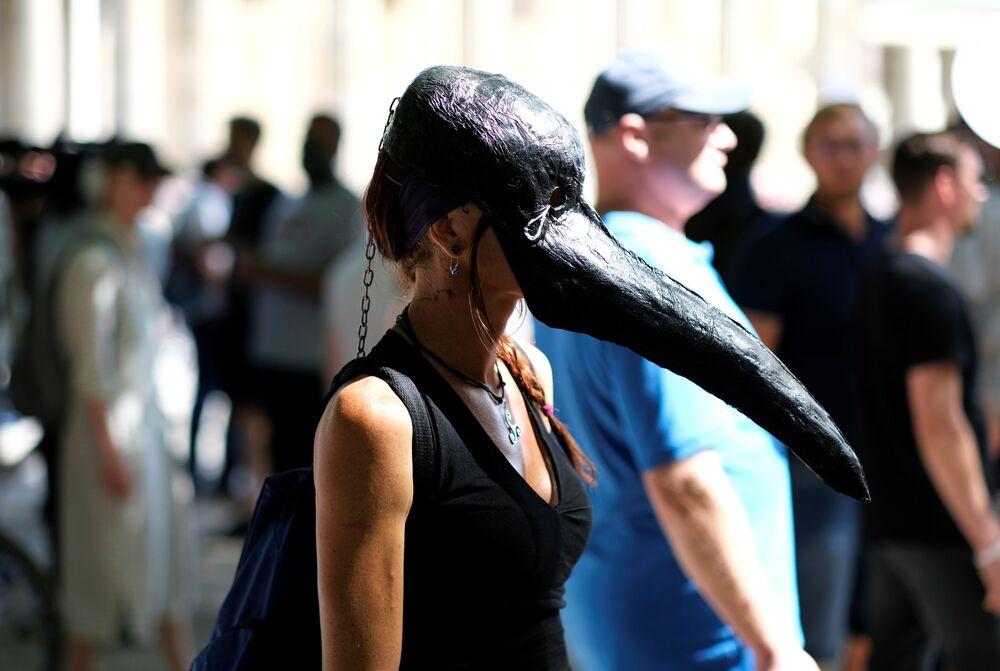 Mulher usa máscara que era tipicamente usada por médicos medievais