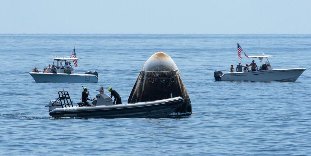 Cápsula da espaçonave Crew Dragon da SpaceX pousa no golfo do México após missão histórica no espaço