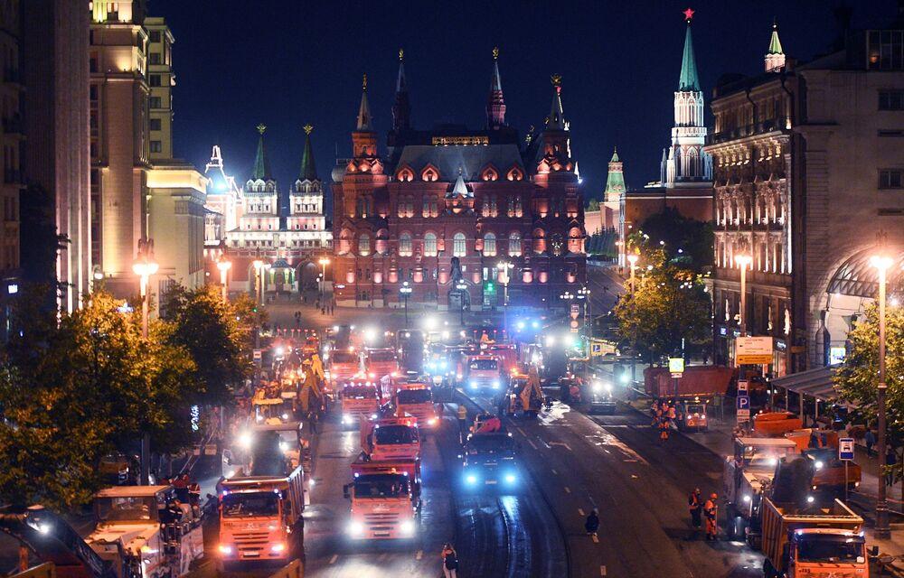 Veículos pesados trabalham durante troca de asfalto na rua Tverskaya no centro da capital russa Moscou