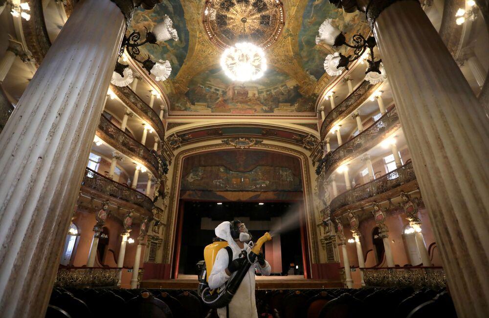 Trabalhadores fazem desinfecção do Teatro Municipal de Manaus, Brasil, durante a pandemia