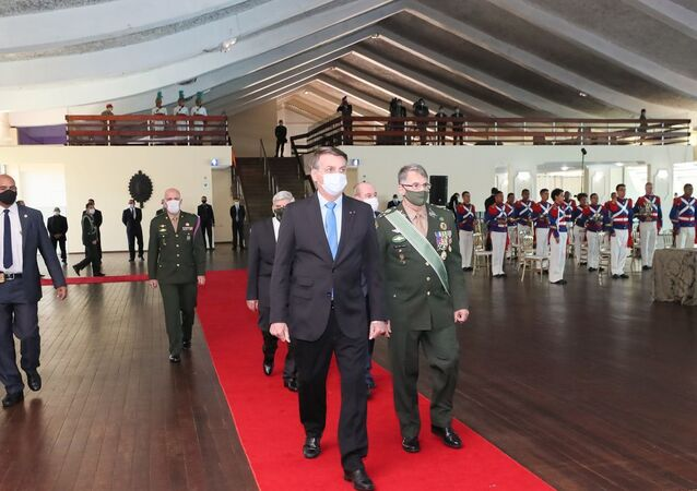 O presidente da República, Jair Bolsonaro é recebido pelo comandante do Exército, general-de-exército Edson Leal Pujol, para Solenidade de Promoção de Oficiais-Generais
