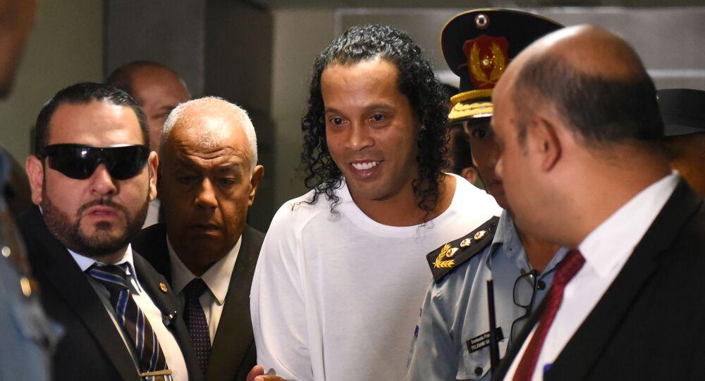 Jogador de futebol Ronaldinho Gaúcho chega ao Palácio da Justiça em Assunção, no Paraguai, para testemunhar sobre sua entrada no país de forma irregular