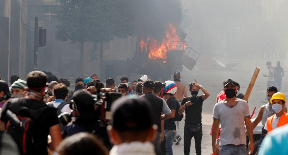 Um veículo é queimado durante protesto próximo ao Parlamento do Líbano, em Beirute. Manifestantes culpam governo pela explosão que deixou mais de 50 mortos na capital