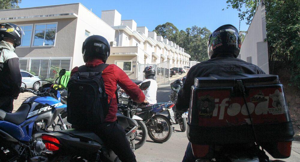 Em Valinhos, São Paulo, motoboys protestam em frente ao condomínio onde um entregador foi vítima de racismo durante entrega pedida por aplicativo.