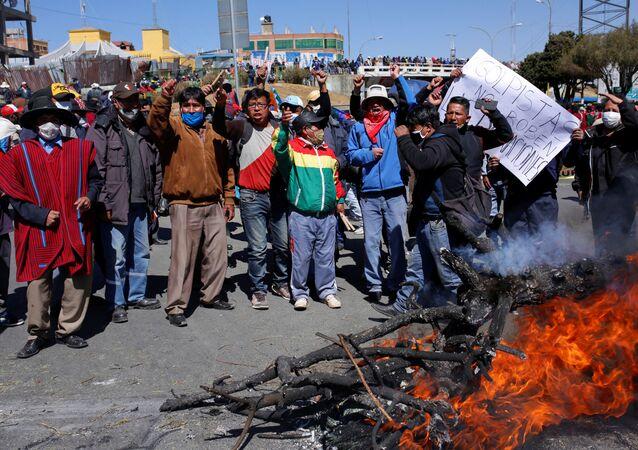 Manifestantes protestam na Bolívia contra o adiamento das eleições no país