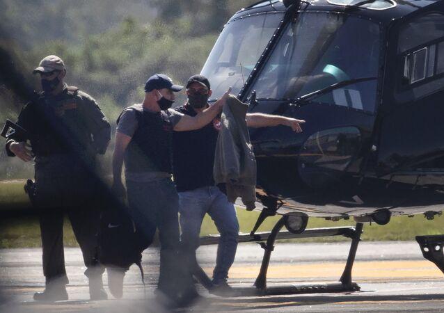 Fabrício Queiroz é escoltado pela polícia ao chegar no aeroporto de Jacarepaguá, no Rio de Janeiro.