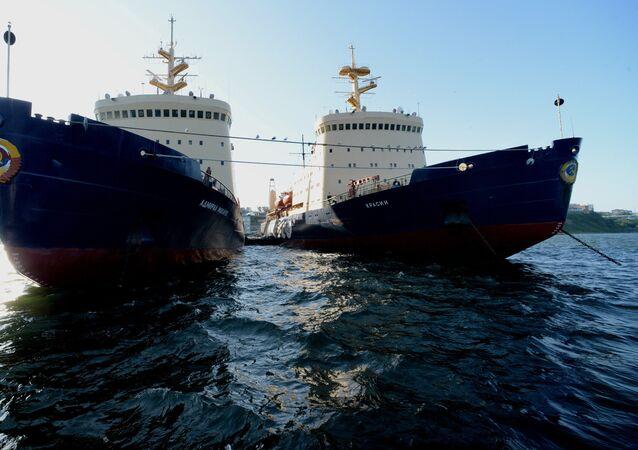 Quebra-gelos da empresa russa de transporte FESCO em Vladivostok, parte da Rota Marítima do Norte