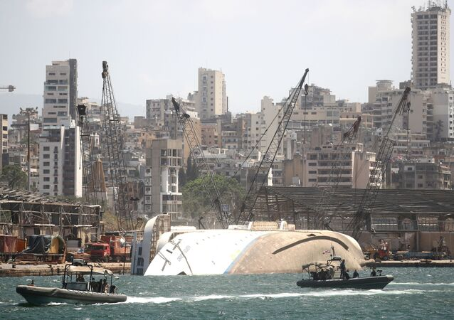 Navio virado é fotografado dias depois da explosão na área portuária de Beirute, Líbano, 8 de agosto de 2020