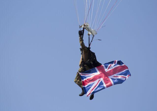 Foto de militar paraquedista do Reino Unido