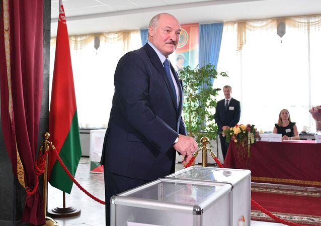 Presidente bielorrusso Aleksandr Lukashenko vota em zona eleitoral na capital do país, Minsk, 9 de agosto de 2020