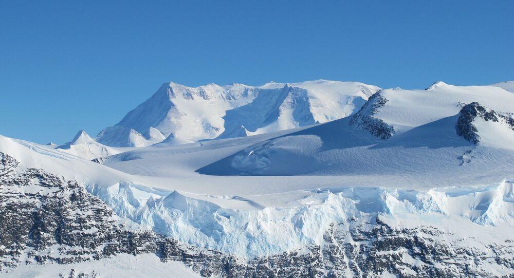 Foto de montanhas de gelo