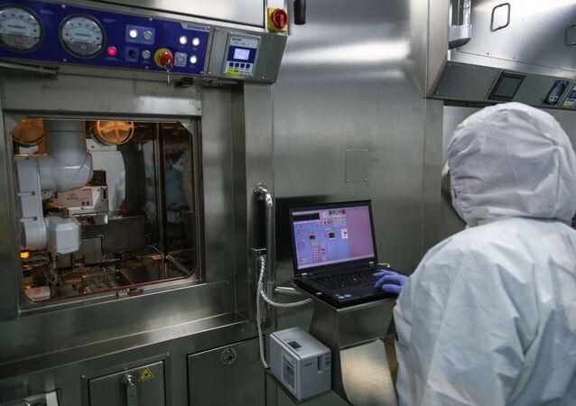 Funcionário em laboratório de síntese de radiofármacos do Centro Federal de Alta Tecnologia de Radiologia Médica da Agência Federal Médica e Biológica da Rússia, Dimitrovgrad