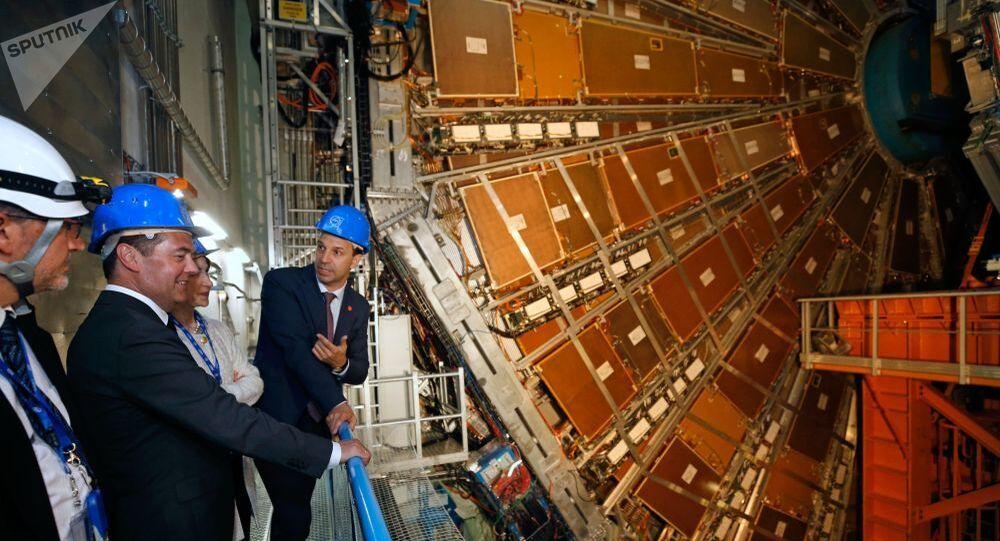 Primeiro-ministro russo, Dmitri Medvedev, observa o detector de partículas ATLAS, construído no LHC, enquanto visita a CERN em Genebra, na Suíça.