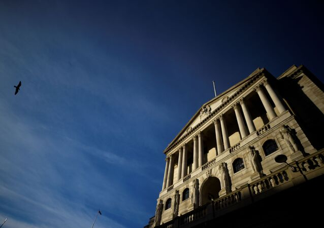 Pássaro voa pelo Banco da Inglaterra na cidade de Londres, Reino Unido, 12 de dezembro de 2017.