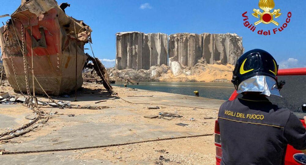 Bombeiros da Unidade Biológica Nuclear Química Radiológica italiana inspecionam navio naufragado no local de explosão no porto de Beirute, Líbano, 9 de agosto de 2020