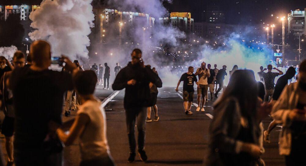 Em Minks, manifestantes caminham durante protesto contra a reeleição do presidente do país Aleksandr Lukashenko, na Bielorrússia, em 9 de agosto de 2020.