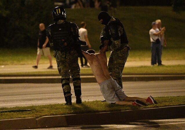 Em Minsk, polícia detém um manifestante durante protestos após as eleições presidenciais na Bielorrússia, em 9 de agosto de 2020.