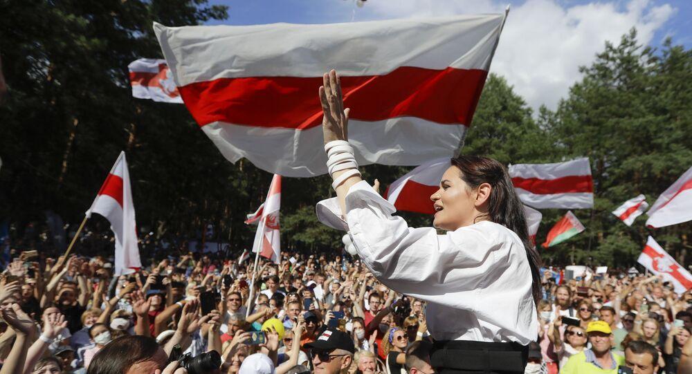 Candidata da oposição bielorrussa Svetlana Tikhanovskaya em comício em Minsk