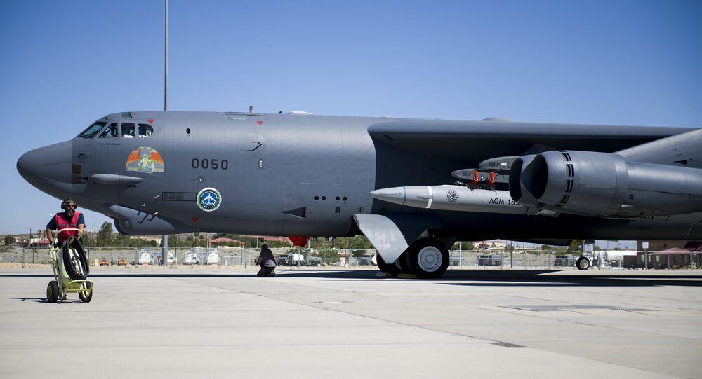 Um B-52H Stratofortress pertencente ao 419º Esquadrão de Testes de Voo passando por procedimentos de preparação de voo na Base Aérea de Edwards, Califórnia